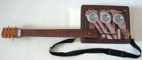 Çeşitli geri dönüştürülmüş cihazlardan yapılan gitar