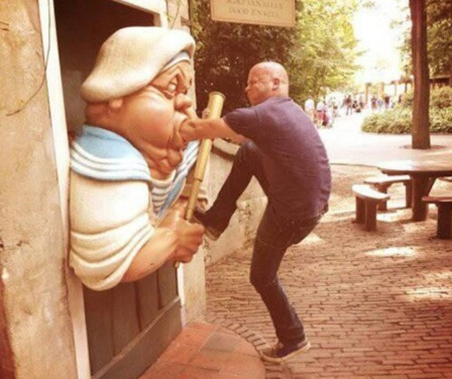 heykellerden dayak yiyen insanlar5454