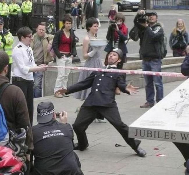 Eğlenen iyi polisler-48