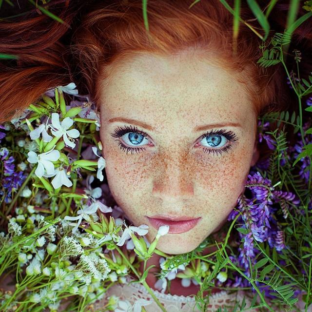 Kızıl Saçlı Kızın doğa ile uyumu 2