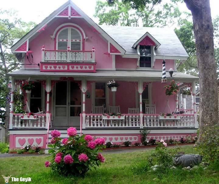 masallardaki pembe panjurlu ev