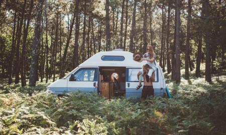 karavanla dünyayı gezen çift